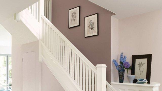 déco-entrée-maison-cage-escalier-peinture-murale-taupe